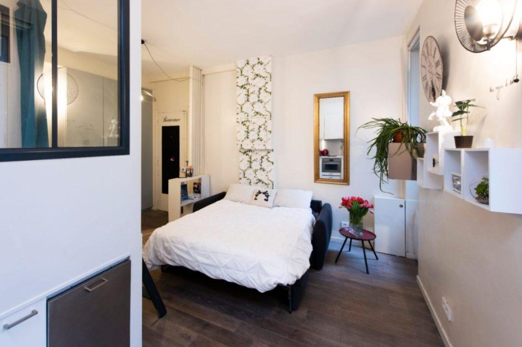 Un salon avec canapé lit
